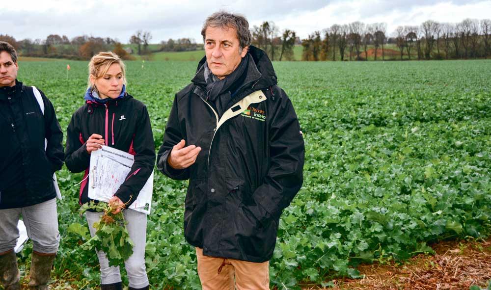 Gilles Sauzet et Florence Ferret ont expliqué les modalités de l'essai de colza associé à différentes légumineuses.