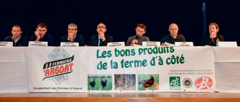 Les présidents des différentes sections du groupement des Fermiers d'Argoat réunis autour du directeur Gildas Couallier et du nouveau président, Sébastien Poupon.