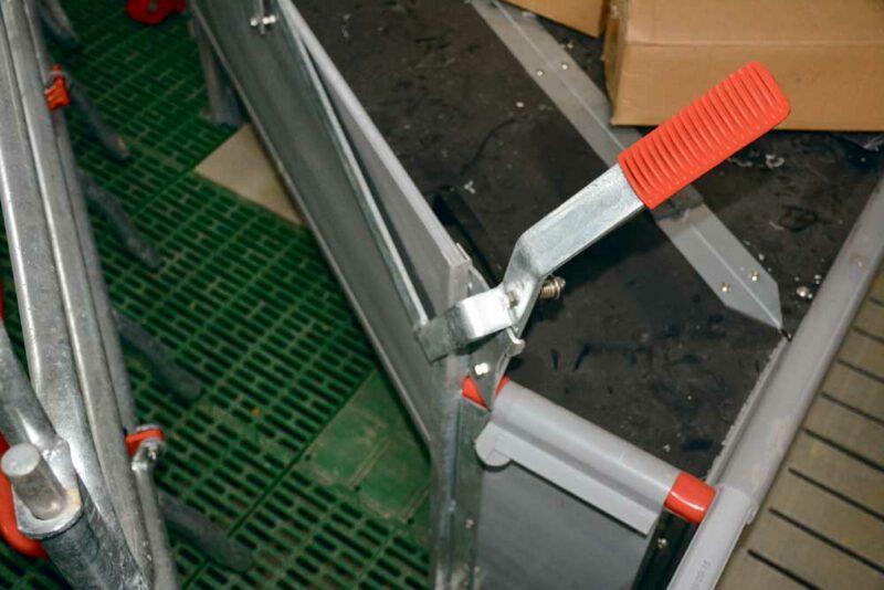 Le coin à porcelets, avec un système qui permet de fermer la niche, est équipé de plaques chauffantes (réseau eau chaude).