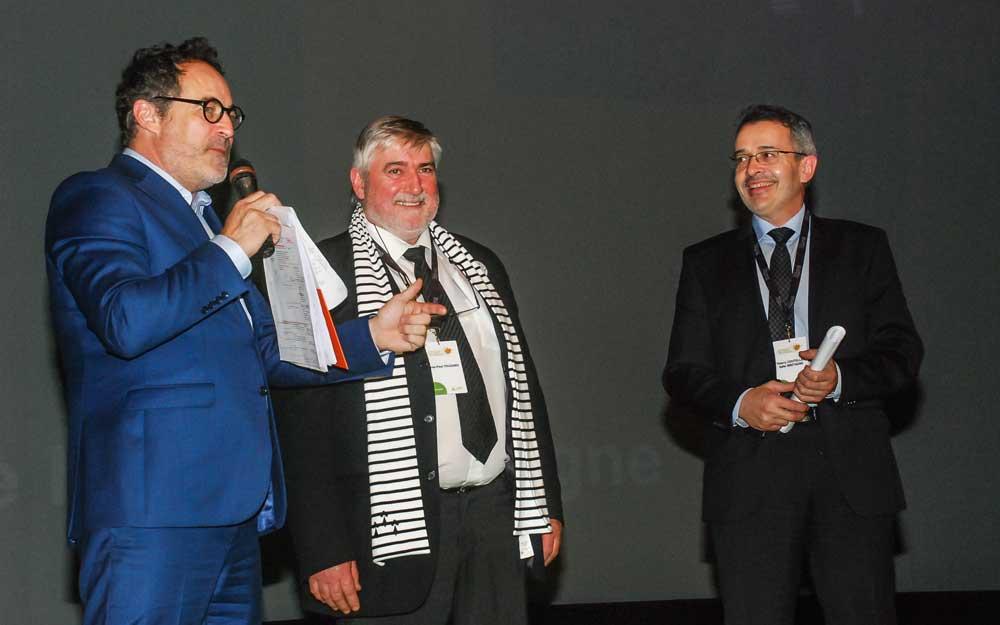 Cette année, les Bretons – Philippe Touzard, président de la Safer Bretagne, et Thierry Couteller, directeur, en compagnie de l'animateur – accueillaient le congrès de la FNSafer à Brest.