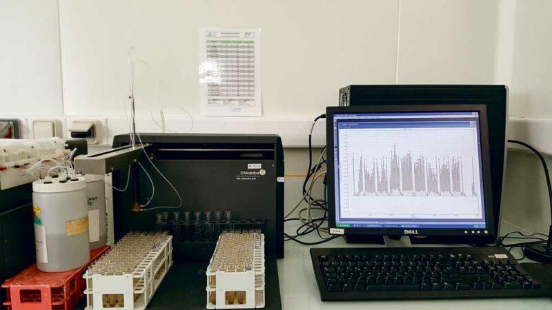 En laboratoire, le dosage de l'azote minéral se réalise, après extraction à l'aide d'une solution de chlorure de potassium, par spectrophotocolorimétrie automatique sur une chaîne à flux continue.