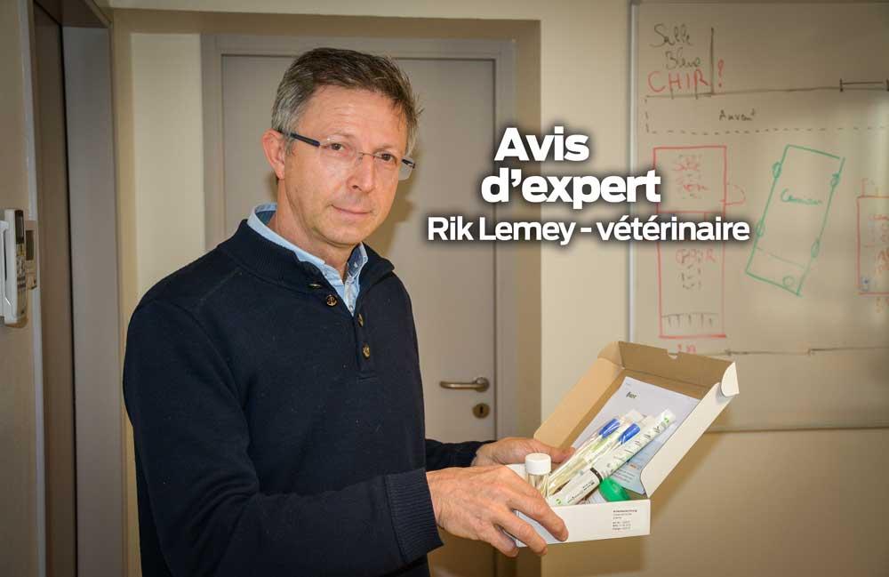 Rik Lemey, vétérinaire, présente le Smart kit qui comprend 3 pots de récolte stériles pour analyses virales, 3 écouvillons pour les analyses bactériennes et le nécessaire pour expédition.