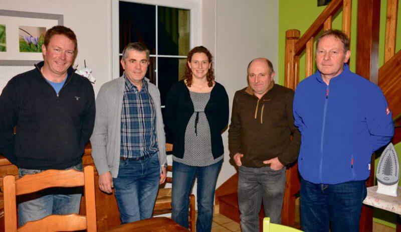 Deuxième à partir de la gauche: Jean-Noël Delo, Julie Audren (Chambre d'agriculture) et Dominique Guillemin ont reçu le groupe d'éleveurs suisses dont José et Frédéric, aux extrémités, qui témoignent. Un groupe d'éleveurs Nov'Agri avait visité leurs élevages cet été lors d'un voyage en Suisse.