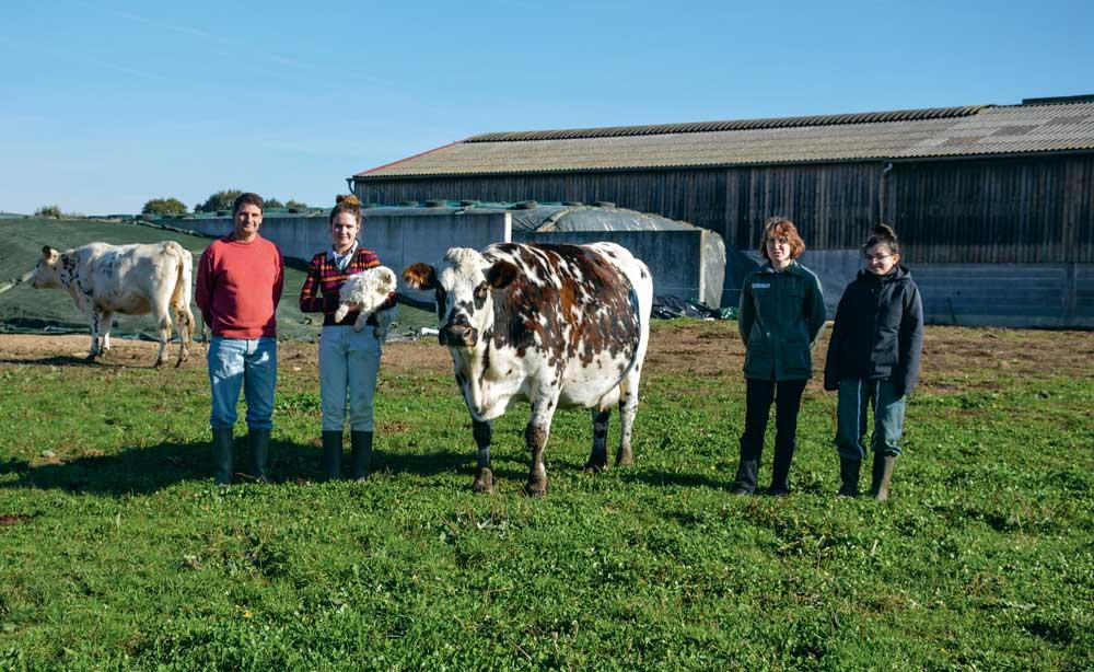 « Les vaches taries sont ramenées près de la stabulation trois semaines à un mois avant vêlage. Elles mangent alors du maïs, du foin et un complément spécial tarissement », expliquent Henri et Laurence Martin, ici en compagnie de leur fille Charlène, et d'Océane, stagiaire (à droite).