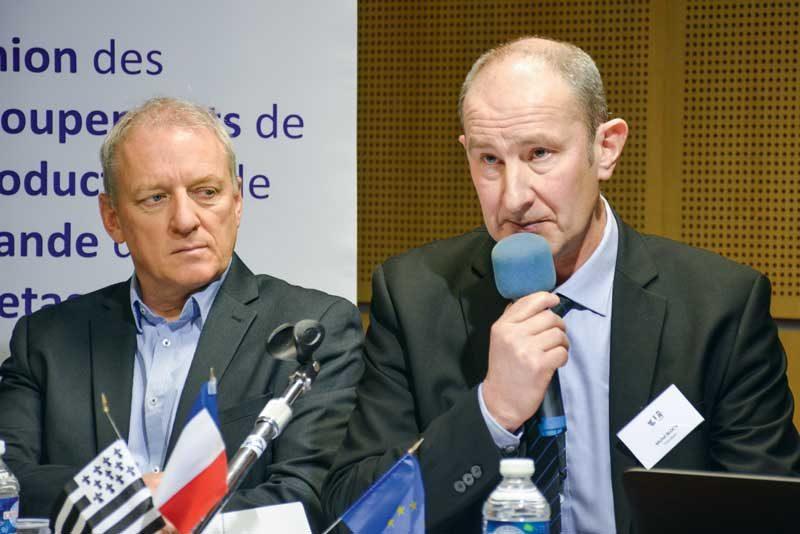 Michel Bloc'h (au premier plan), et Bernard Rouxel, lors de l'AG de l'UGPVB section porc, ont animé une session où l'optimisme et la combativité étaient de rigueur.