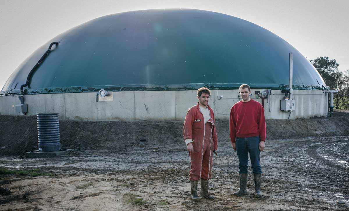Bruno Calle et Ludovic Jarligant devant la nouvelle fosse de stockage du digestat liquide de 6000 m3.