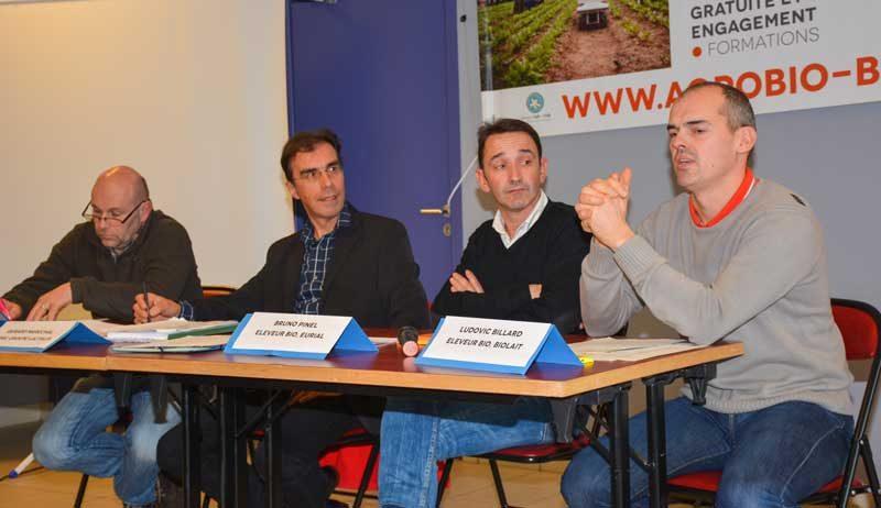 De gauche à droite: Jean-Claude Racouet, producteur Sodiaal, Gérard Maréchal, cadre Lactalis, Bruno Pinel, producteur Eurial et Ludovic Billard, producteur Biolait, participaient à un débat mardi dernier sur la filière bio à Pleucadeuc (56).