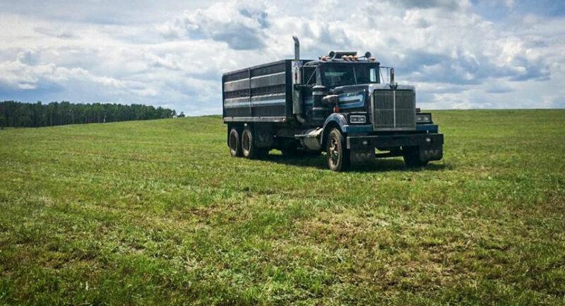Alexandre Pellard a pu conduire ce type de camion sur les chemins privés de l'exploitation canadienne. «Mieux vaut être un bon chauffeur», conseille-t-il.