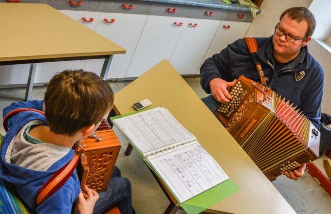 Mathieu Postic transmet sa passion pour l'accordéon au travers de cours. «Il n'y a pas d'âge pour s'y mettre», confie-t-il.