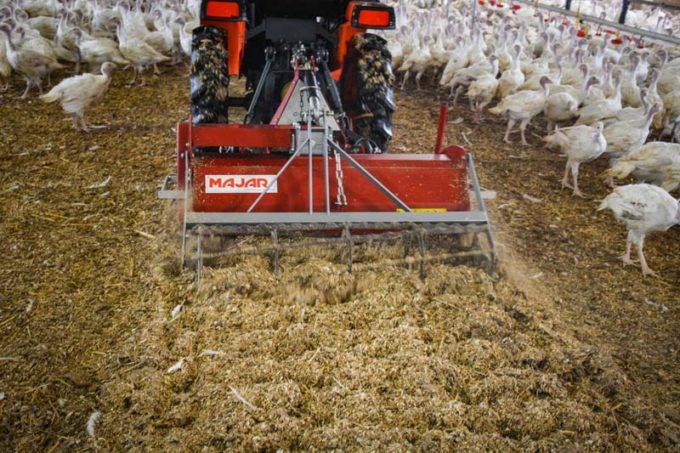 L'aviculteur utilise un micro-tracteur et un rota pour mélanger la litière dès qu'elle commence à croûter.