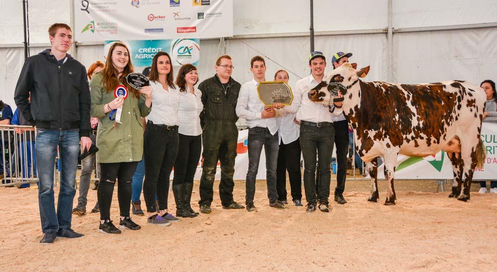La joie des élèves du Nivot : une nouvelle fois, l'établissement remporte le concours avec Hernie.