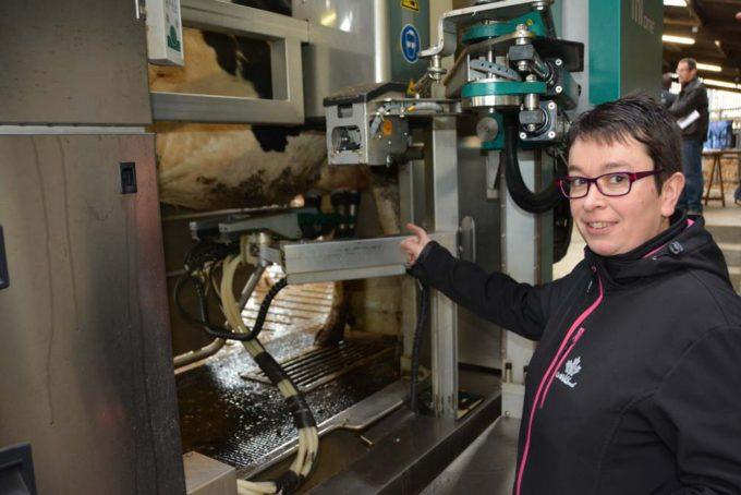 Sandrine Lamour apprécie le temps dégagé par le robot. Avec 140 vaches, le suivi du troupeau est réalisé avec 1 UTH.