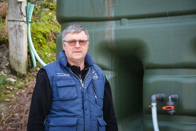 Patrick Hamon était intervenu à une journée sur la qualité de l'eau, organisée par Sanders. Devant la cuve extérieure qui contient la solution avec l'acide hypochloreux, qui sera injectée dans l'eau de boisson. Toute la tuyauterie, les raccords et la cuve sont en plastique (pas de corrosion).