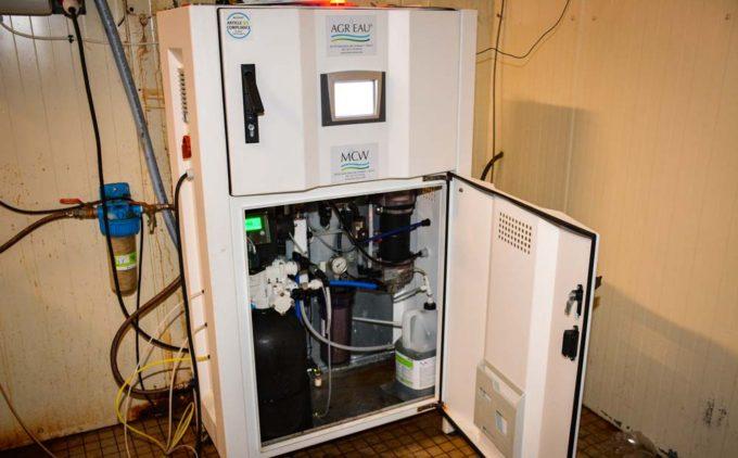 L'installation MCW Agr'eau doit comporter les éléments spécifiques au traitement (électrodes, adoucisseur, bac à saumure...) sans oublier une pompe doseuse réglable asservie à un compteur à impulsion. La production de désinfectant se fera si l'eau est préalablement débarrassée du fer et du manganèse, si la dureté n'est pas trop élevée.