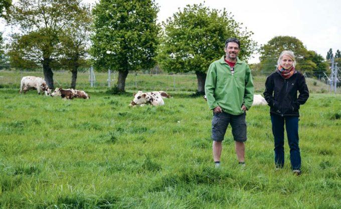 L'Adage 35 organise une porte ouverte le vendredi 12 mai sur la ferme de Michel Priour, ici en compagnie de Juliette Bellay, animatrice Adage 35.