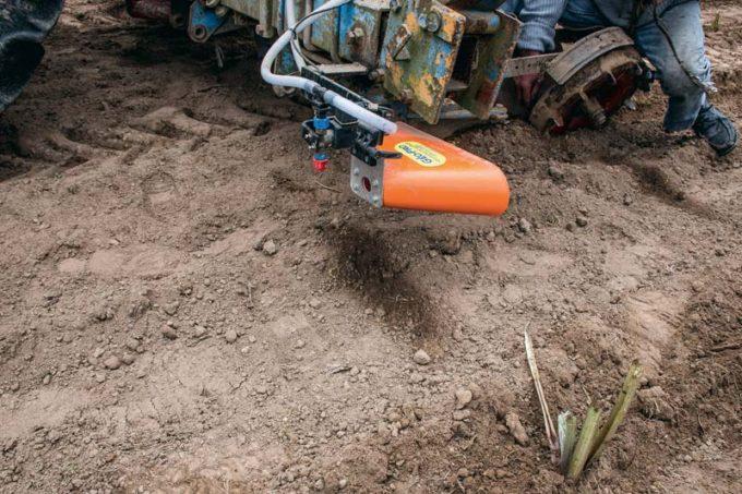 Grâce à la technologie RTK qui permet de travailler au centimètre près, cette planteuse équipée de buses fait une marque à intervalle régulier par projection d'eau, là où le plant doit être placé. Ce concept permet de planter les artichauts au carré  en s'affranchissant d'un traçage mécanique préalable de la parcelle.