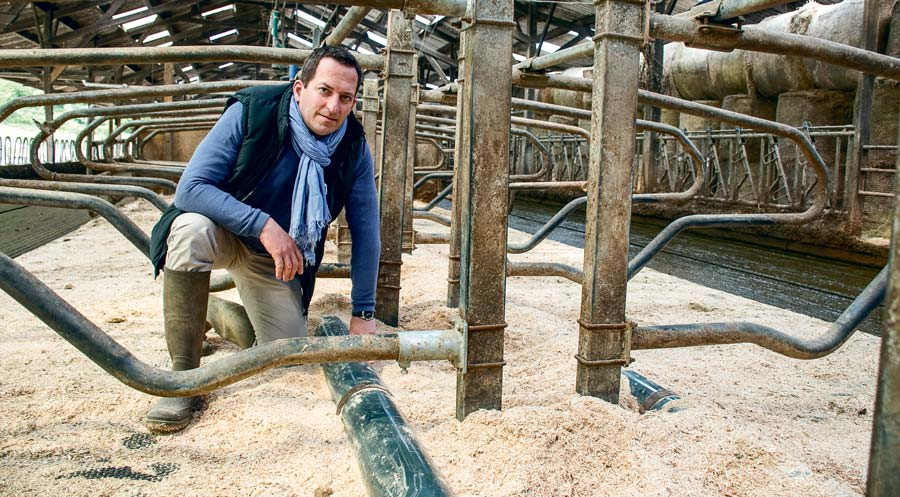 Sébastien Guicheau présente l'arrêtoir en PVC pression dans certaines logettes à Trévarez.