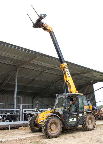 Grâce à la flèche qui se déploie à 7 m de hauteur, dans le hangar à fourrages, il est désormais possible de monter des piles non plus de 4 mais de 5 round ballers en faveur d'une économie de surface de stockage.