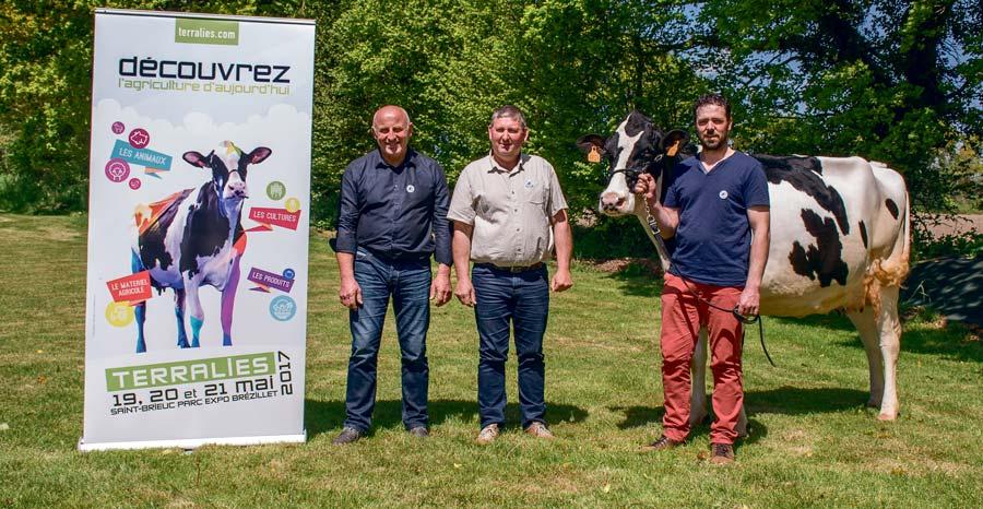Jean-Claude Chasseboeuf (Terralies), Florent Robert (Armor Prim'Holstein) et Gaëtan Palaric (SDA) attendent un public nombreux sur le salon agricole des Côtes d'Armor.