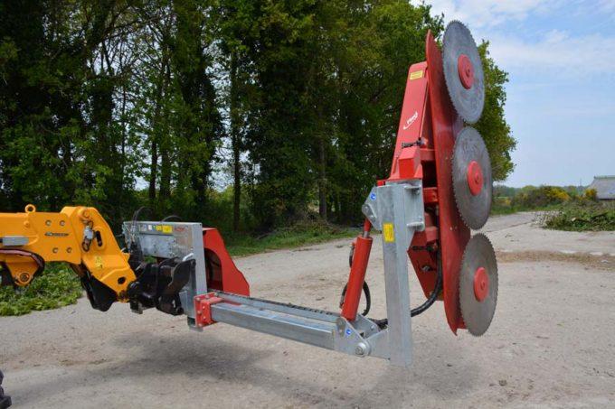Le lamier est équipé de 3 disques de 70 cm de diamètre, il se déporte hydrauliquement de 1,20 m.
