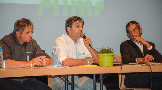 De gauche à droite: Jean-Michel Roger, président de la FDCuma, Jean-Luc Boursier, président FRCuma et Jean Ollivro, géographe, lors de l'AG des Cuma du Morbihan, à Locminé, mardi dernier.