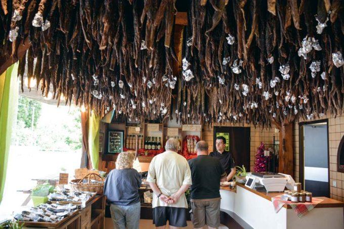 Les andouilles qui vont passer 9 mois en séchage avant d'être vendues sont toutes suspendues au plafond de la boutique.