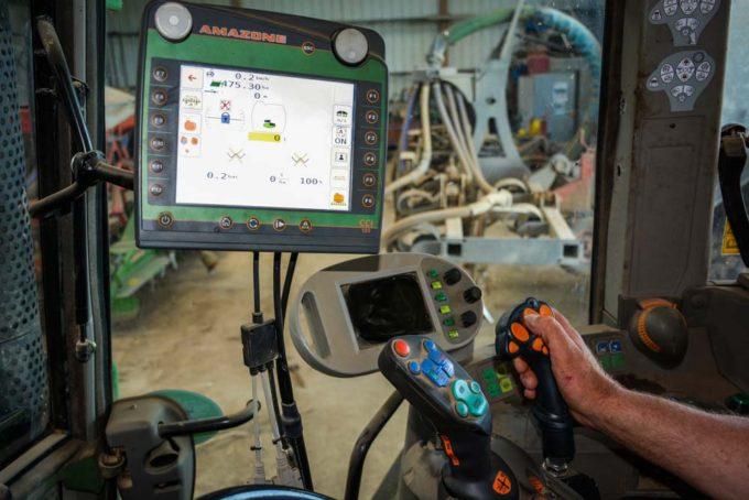 Le boîtier de contrôle tactile et en couleurs est assez intuitif selons les agriculteurs. Ils utilisent le joystick pour le dépliage et repliage de la rampe ainsi que pour démarrer et arrêter la pulvérisation.