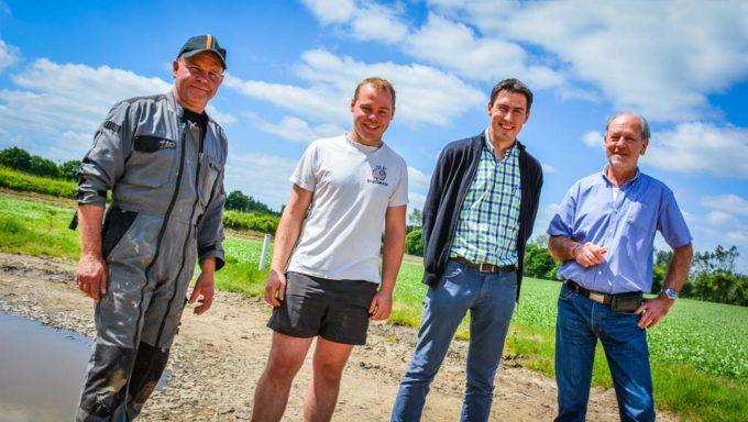 Éric et Johann Le Berre, agriculteurs; Jérôme Le Meur, responsable commercial Bretagne chez Amazone; Roger Hémery, concessionnaire SDMA.