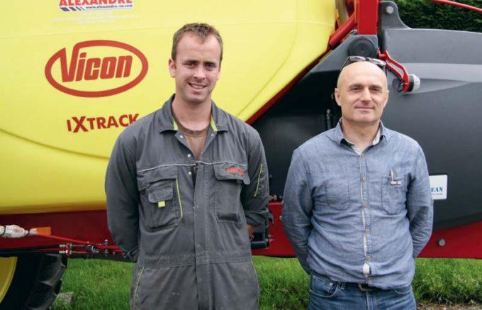 Quentin Raoult (à gauche) est conseillé par François Chauvel, technico-commercial Triskalia, dans la protection de ses cultures.