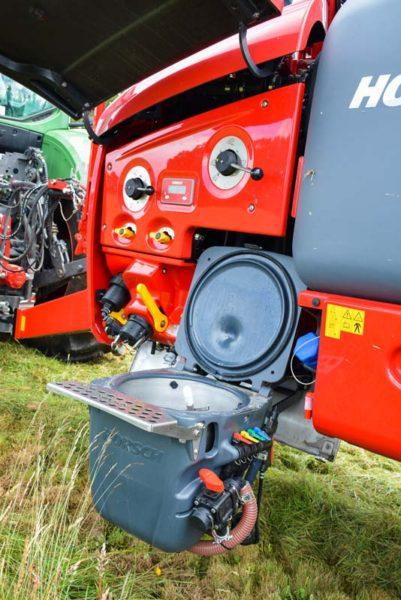 Le panneau de mise en œuvre peut être équipé de vannes mécaniques ou motorisées. Dans les deux cas, le rinçage se fait automatiquement en restant dans la cabine du tracteur. Une cuve d'eau claire de 500L est embarquée.