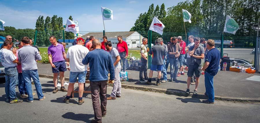 Photo of Des coopératives bloquées par des producteurs de lait