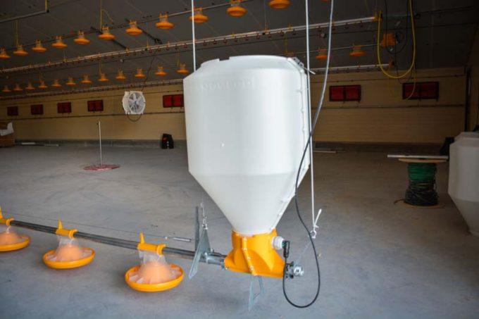 La trémie d'aliment Landmeco en PVC offre plusieurs avantages : ne rouille pas, légère donc pratique à mettre en place seul, facile à laver, la trémie n'est pas suspendue à une chaîne.