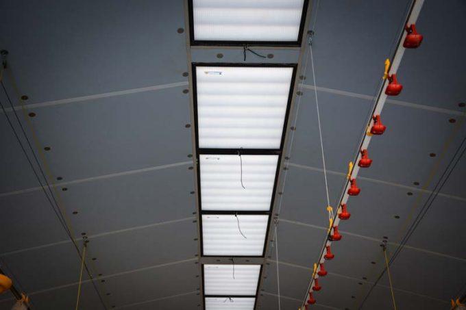 À l'intérieur des faîtières occultables des lamelles en mousse isolante peuvent basculer grâce à un treuil électrique pour occulter la lumière naturelle.