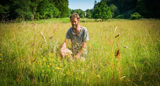 Hervé Cillard, sur la prairie fleurie primée de Botsorhel.