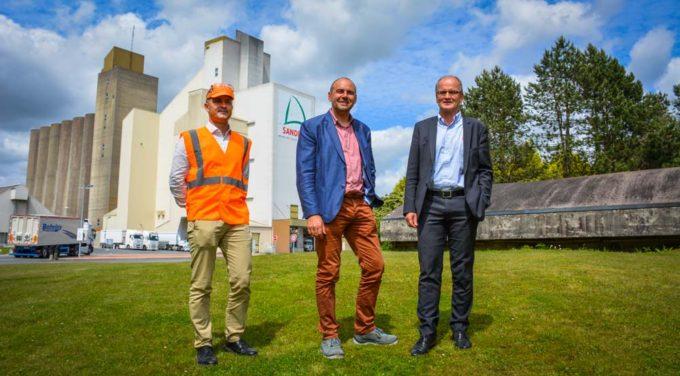 Thierry Le Sausse directeur industriel ; Hugues Mongé, directeur de Sanders Bretagne et Bernard Mahé, directeur général nutrition animale du groupe avril devant l'usine d'aliment de Saint-Gérand (56)