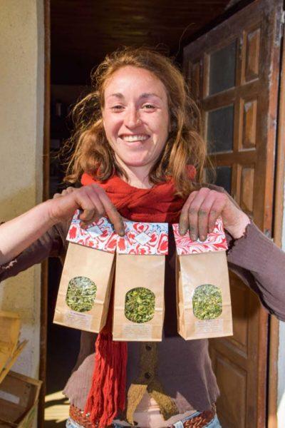 Anaïs Kerhoas a concrétisé son rêve. Elle cultive sur son exploitation les plantes utilisées pour concevoir les tisanes qu'elle commercialise.