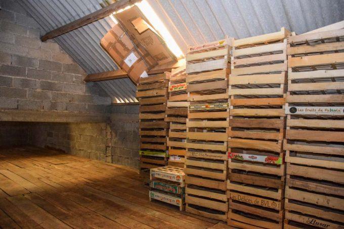 Le hangar situé sur l'exploitation sert de lieu de stockage. La cellule de séchage a, elle, été aménagée dans une ancienne caravane.