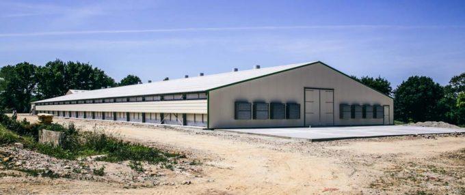 Dans ce nouveau bâtiment, l'accent a été mis sur la ventilation avec 8 cheminées en plafond et 8 turbines en pignon destinées aux fins de lots.