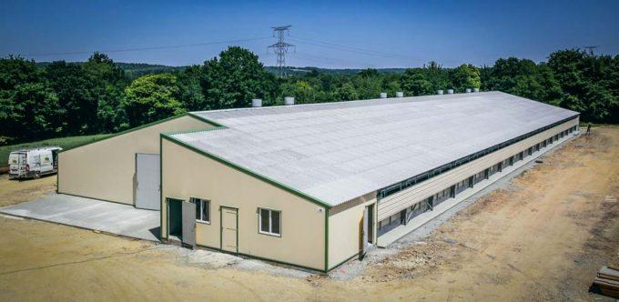 Le bâtiment, 24 m x 75 m pour une surface totale de 1 800 m2, il accueillera dès cet été son 1er lot de poulets sexés lourds.