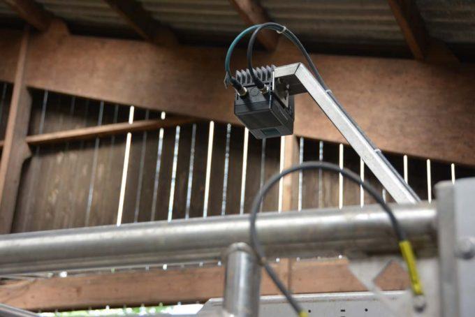 Une caméra 3D, positionnée au dessus de la vache, coordonne le mouvement du bras.