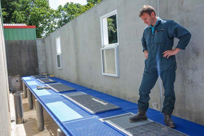 Benjamin Corre dans la nouvelle salle tampon de 5 cases maternité en construction (cages ascenseurs).