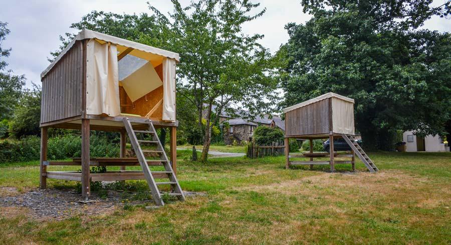 Les «campétoiles» disposent d'un espace de couchage surélevé et, dessous, d'une table pour les repas.