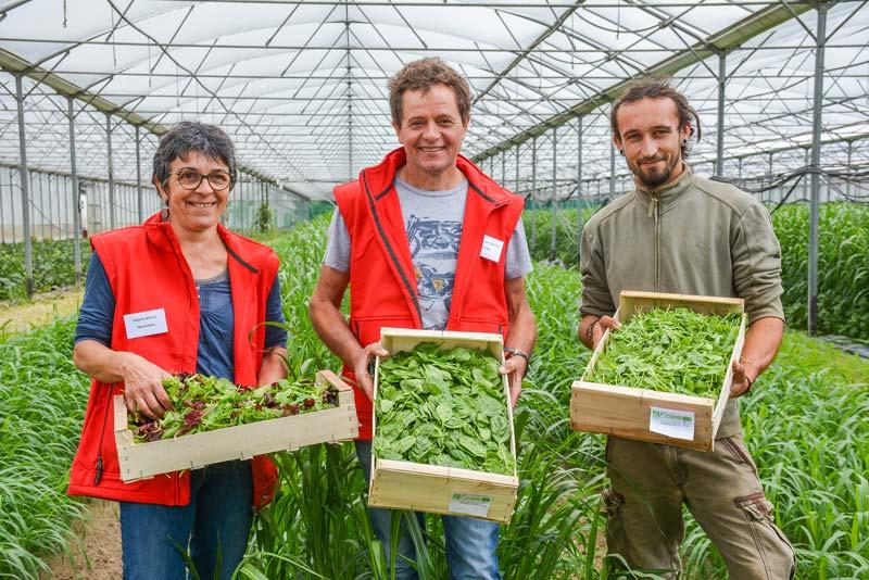 Valérie et Jean-François Boulo sous la serre de 6 000 m2. Les jeunes pousses y sont semées de septembre à avril. En été, la serre est divisée en cinq zones. L'une d'entre elles est implantée en melon, les quatre autres en sorgho (engrais vert). Le melon revient tous les cinq ans sur la même zone.