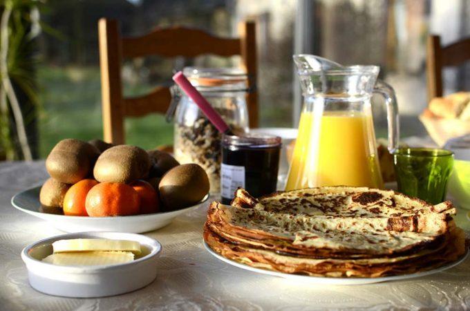 Un savoureux petit-déjeuner avec crêpes, confitures « maison » et beurre fermier acheté au producteur du coin. Autant de savoir faire qui, au même titre qu'une randonnée découverte accompagnée d'un panier pique-nique, ajoutent un plus et du sens aux offres de séjours.