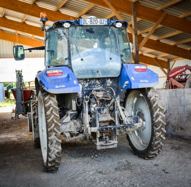 L'exploitation dispose de deux jeux de roues pour le tracteur : 48 cm et 21 cm. Les moins larges sont mis en place sur deux périodes : mars-avril et fin mai-juin pour les opérations de désherbage mécanique.