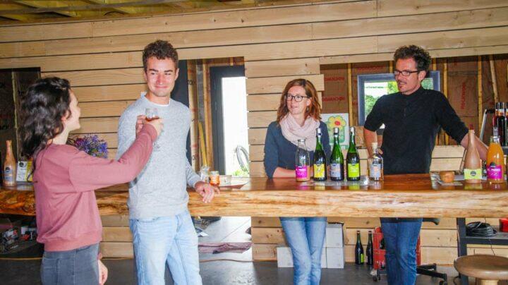 Deux fois par jour en été, les producteurs accueillent le public. La visite se termine par une dégustation de cidre.