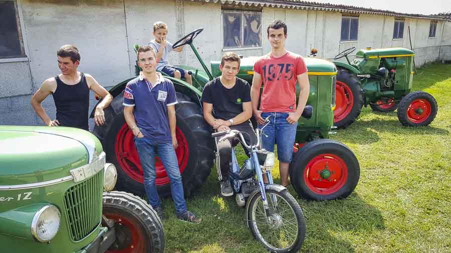 De gauche à droite, Louis Rosalie, Kevin Robert, Gabin Kerveno, Anthony Harmonet et Antoine Bartholomes (absent sur la photo) partagent leur passion à un jeune voisin.