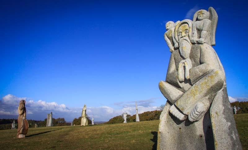 Située sur la commune costarmoricaine de Carnoët, la Vallée des Saints compte aujourd'hui 90 statues monumentales de saints bretons. Chacune d'entre elles revient à 15000 euros avant réductions fiscales. Le financement du projet est entièrement assuré par le mécénat des entreprises et les dons de particuliers.