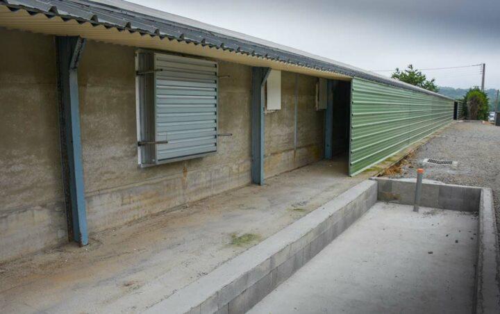 Un couloir situé du côté des ventilateurs a été réalisé. L'air est dirigé vers 2 bacs en béton pour piéger les poussières et diminuer les odeurs grâce à de l'eau.