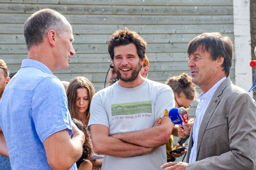 De gauche à droite: Gilles Simonneaux, Maxime de Rostolan et Nicolas Hulot, lors de la visite de la ferme «Les Petits Chapelais».